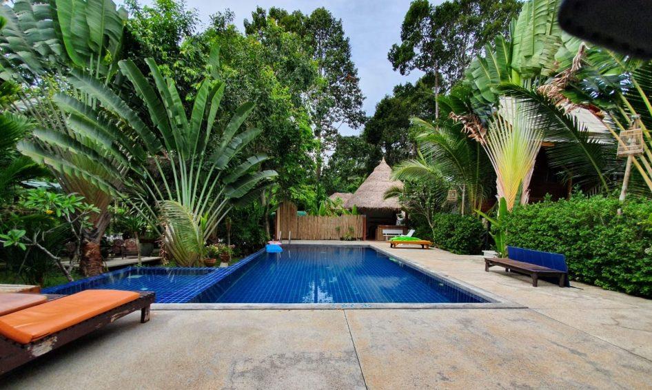 Der Pool von Hello Villas