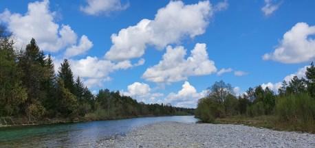 Weißblauer himmel über der Isar