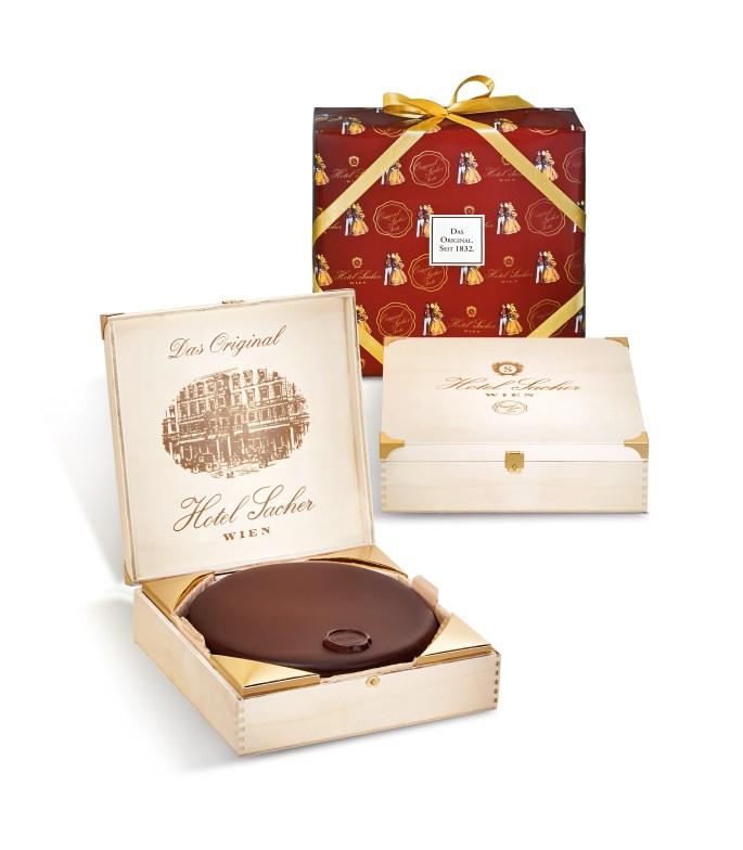 Für den Genuss zu Hause und ideal als Geschenk: die Sacher-Torte in der Original Holzkiste. © Hotel Sacher Wien