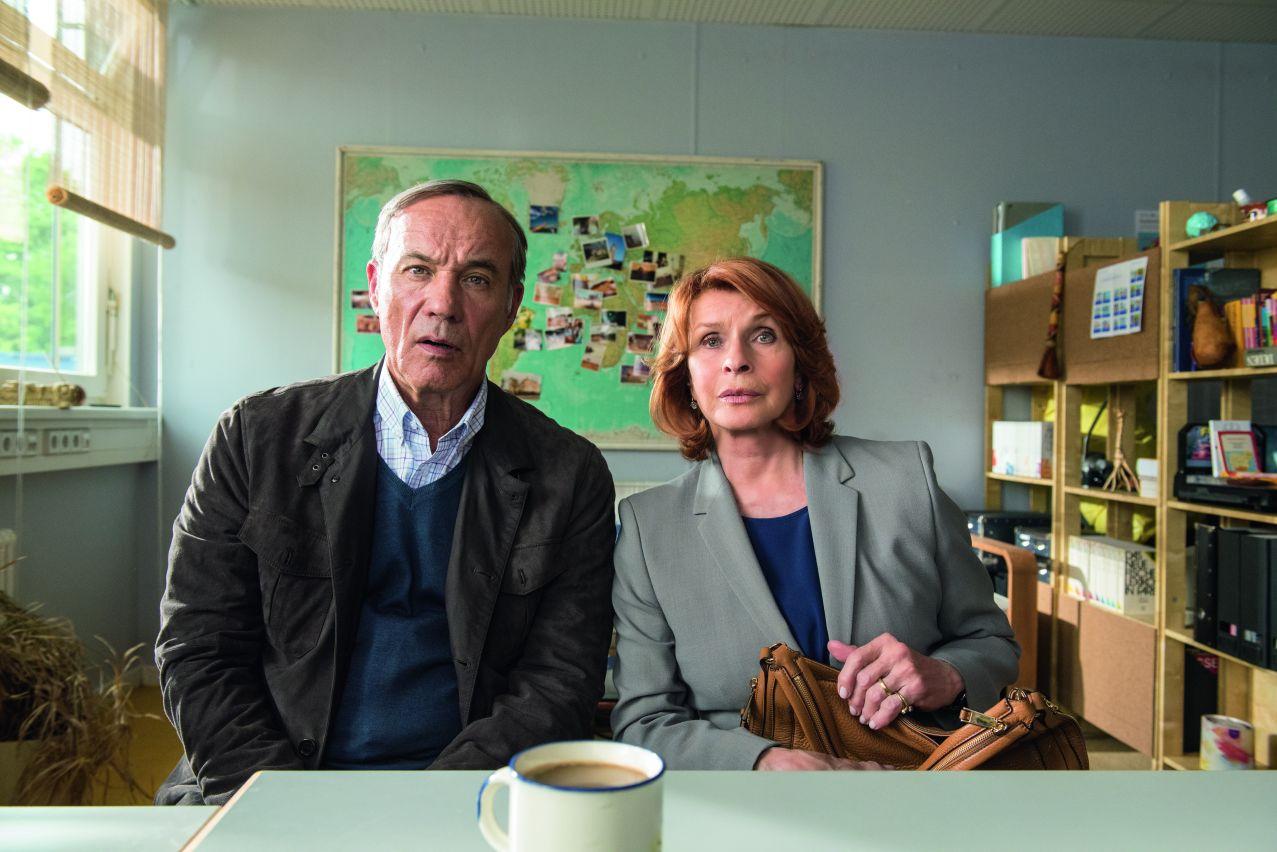 Noch etwas skeptisch darüber, ob die Aufnahme eines Flüchtlings doch die richtige Entscheidung ist. Richard (Heiner Lauterbacht) und Angelika (Senta Berger) Hartmann. © 2016 Warner Bros.