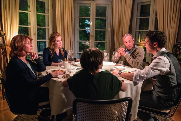 Glückliches Familienleben oder nicht? Familie Hartmann hat viel zu diskutieren. © 2016 Warner Bros.