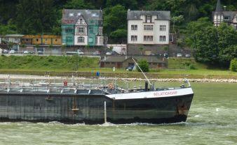 Frachtschiff mit Schriftzug Relationship