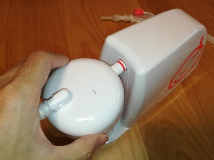 メルシーポットS-503の吸引タンクを本体に差し込む画像