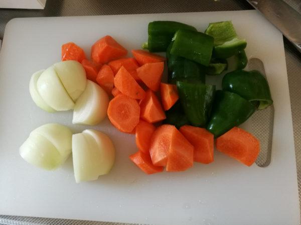 ブラウンマルチクイックMQ735でみじん切りをする前の野菜の下準備