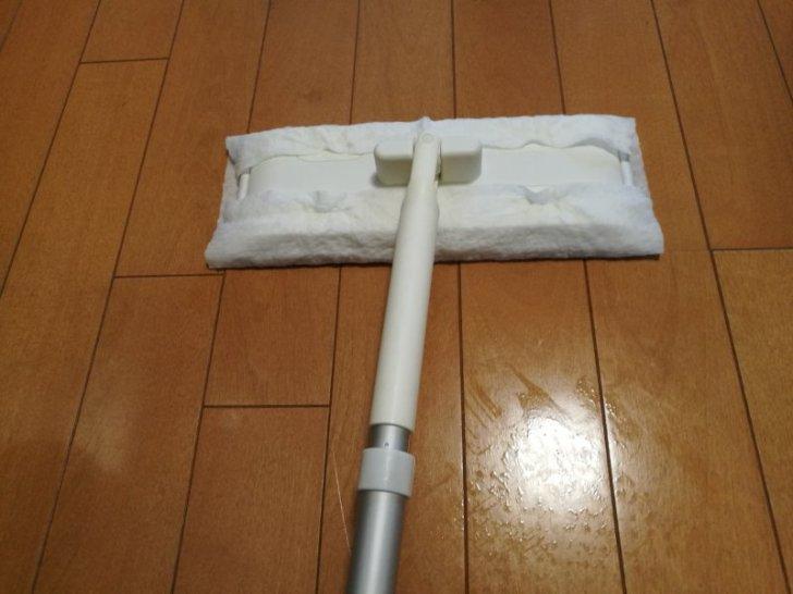 クイックルワイパーで床を掃除する画像2