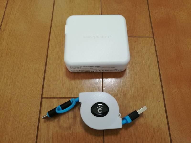 巻き取り式ケーブルと「RAVPOWER RP-PB125」を一緒に写した画像