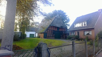 Am Hang gelegenes Fachwerkhaus