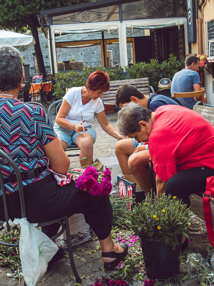 donne aiutano a preparare i fiori per l'infiorata