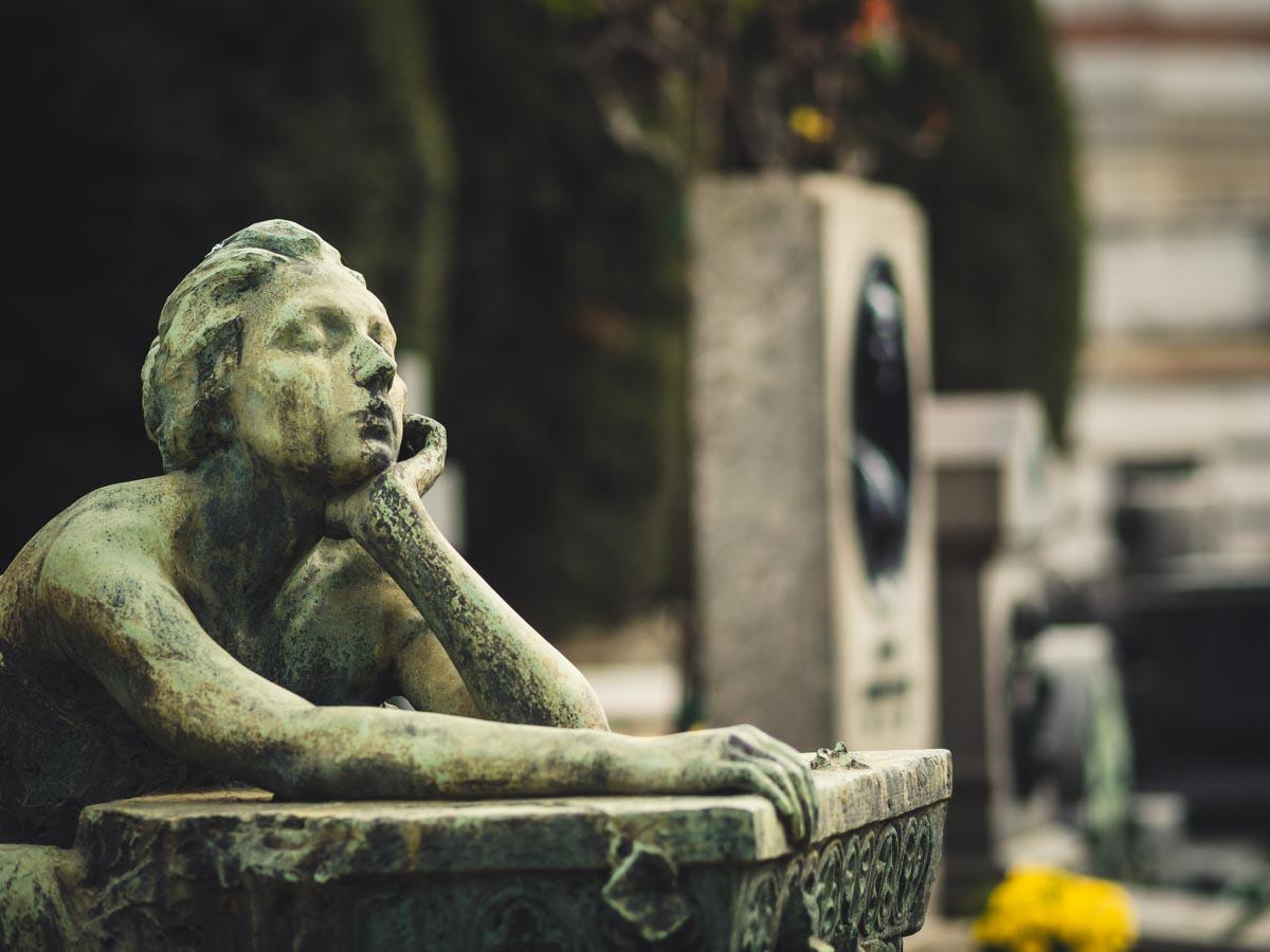 stutue at cimitero monumentale milano