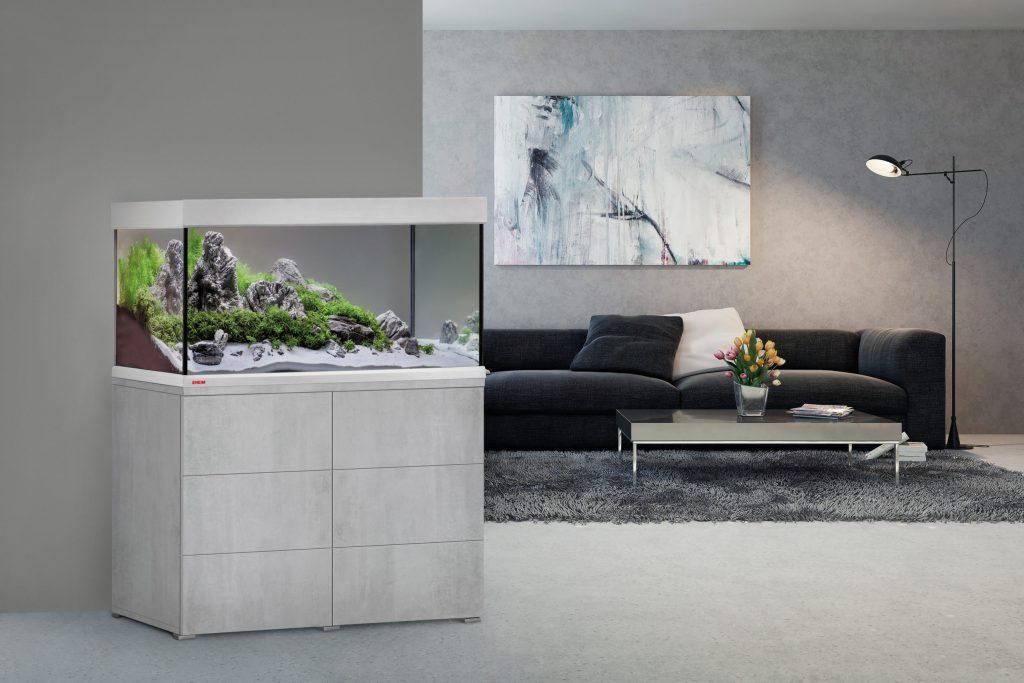 Als dekoratives Accessoire können Aquarien-Kombinationen mit elegantem Unterschrank einen modernen Wohnstil unterstreichen.