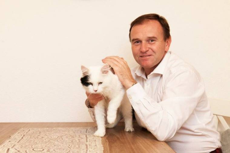 george-eustice-mp-and-gus-the-cat-2-credit-anna-branthwaite