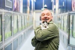 Bob Mortimer and kitten at Cats Protection NCAC - credit McCrickard Photography