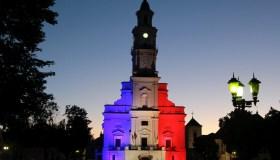 Kauno rotušė su Prancūzijos vėliavos spalvomis 03