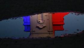 Kauno rotušė su Prancūzijos vėliavos spalvomis 06