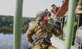 Nuo tilto virvėmis besileidžiantys kariai