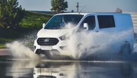 """""""Ford"""" išbandymas slidžiame kelyje"""