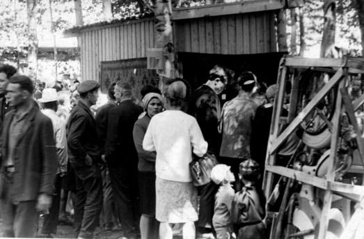 28.06.1965,_idet_boykaya_torgovlya_promyshlennymi_tovarami,_yarmarka_park_pkavalerovo_3