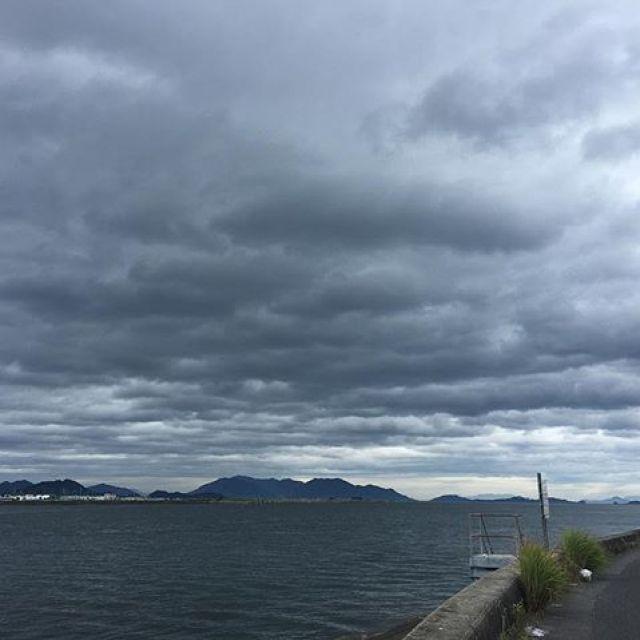 目がさめるとまだ雨が降っとらんようなので、久々の朝ラン5km。昨日の竜王公園夏祭りが中止となり、今日は昼間に一本演奏の依頼をいただいてたけどこれも延期に。被災地の事も何か出来ないかなと気にかかるしなんだか今年の夏は夏じゃないような気がしてくるね。なんだか気分はこの写真のように何処までもどんよりですわ。おっと、でもこのままではいかんよ。今のその時やれることを精一杯やる。これだけは曇らせてはいかんね。#唄うたいカワムラ