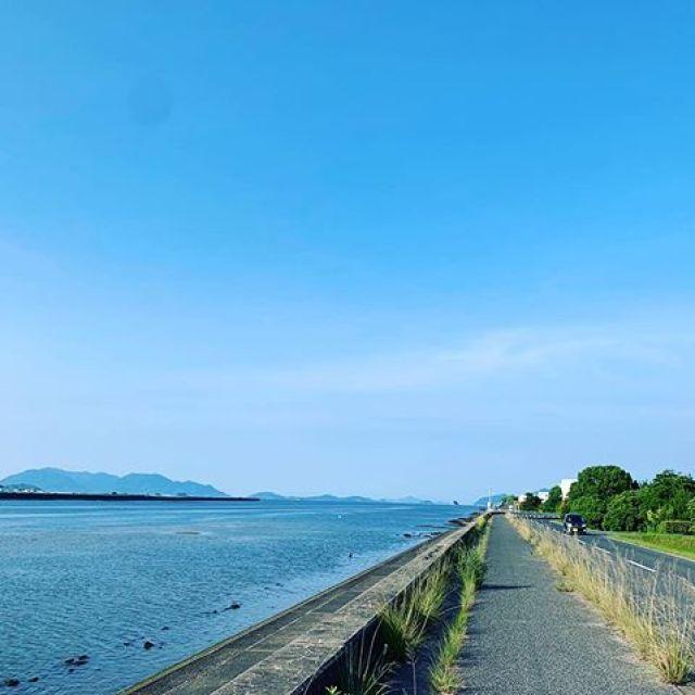 朝ラン5km。青い空、青い海。気持ちええっす。ごっつぁんでした。#唄うたいカワムラ