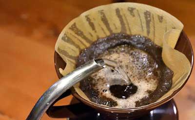 ストーブで沸かしたお湯でコーヒーを