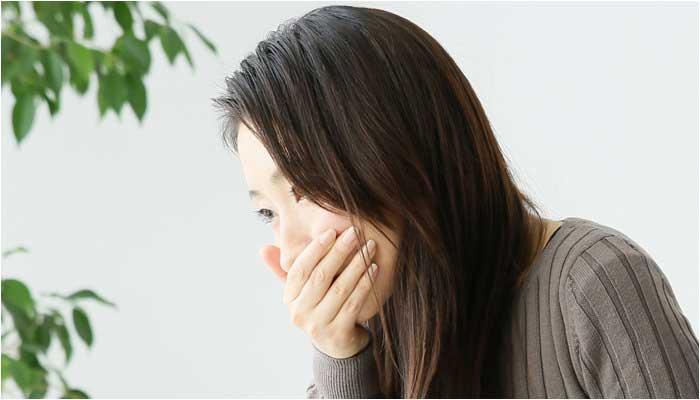 ストレス吐き気に苦しむ女性のイメージ画像