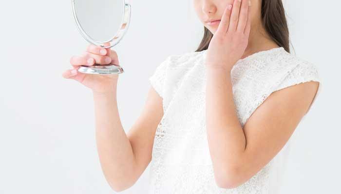 ニキビの漢方薬が短期間で効果を現さず悩んでいる女性