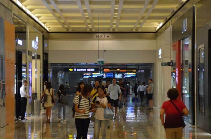 Entrada do metrô com relojoarias renovadas como Rolex, Patek Philippe entre outras...