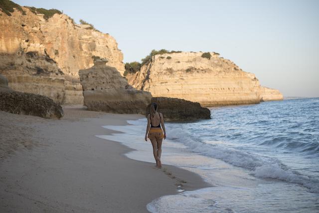Praia da Marinha na costa do Algarve em Portugal