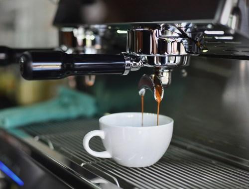 kawa z ekspresu się parzy
