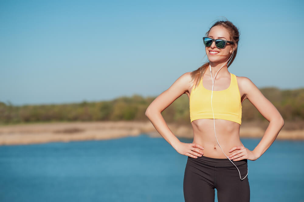 Woman wearing sunglasses in the sun - protect the eyes from the sun