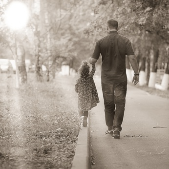 father travels with her daughter