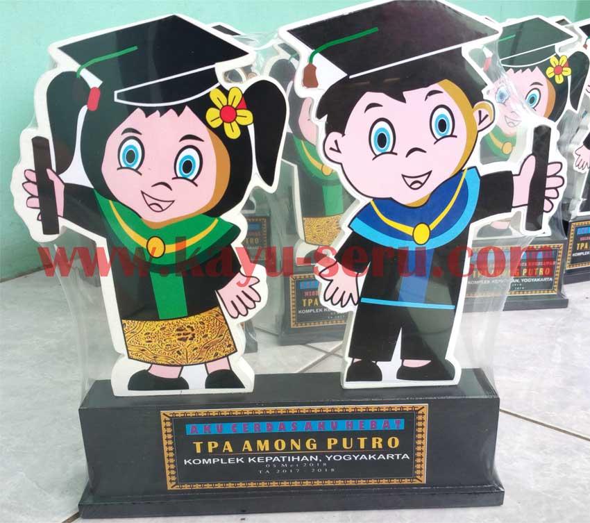 plakat wisuda couple - Membuat Plakat Wisuda Kayu TK Among Putro Yogyakarta