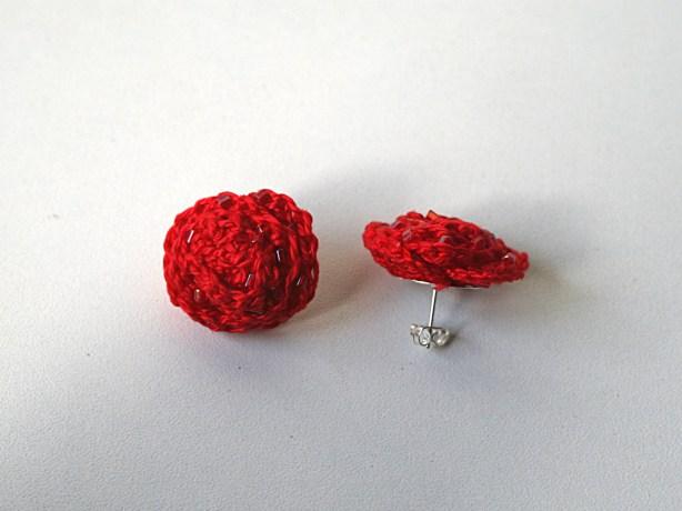 Puces d'oreilles au crochet en coton rouge et perles - Création Kazamarie