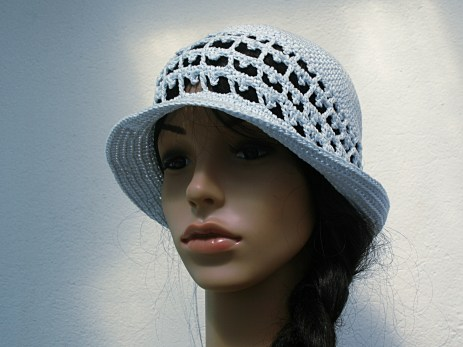 Très élégant et léger, ce modèle de chapeau est parfait pour les femmes de tous âges et convient tant pour des sorties quotidiennes que pour des cérémonies avec une jolie broche assortie par exemple.