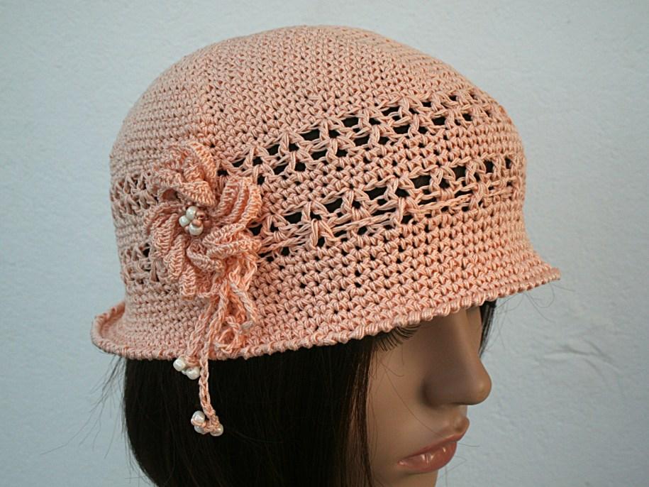 Petit chapeau cloche à bord, couleur rose poudré décoré par une fleur - Création et photo Kazamarie