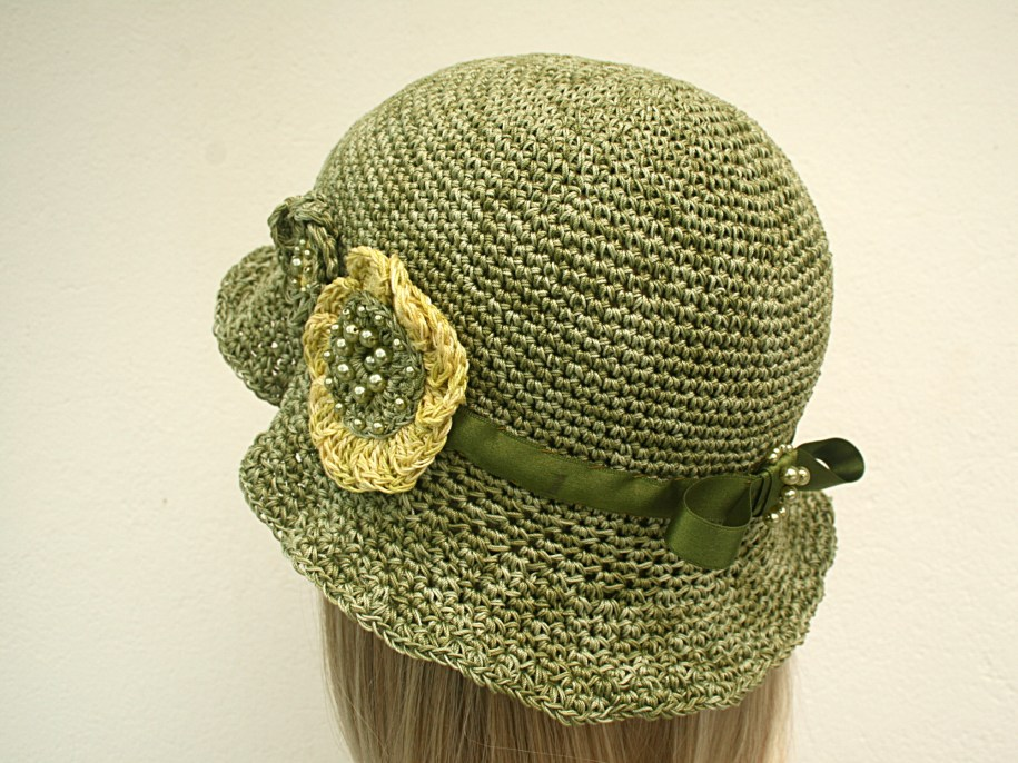 Chapeau cloche au crochet en coton, ruban de satin et fleurs rebrodées de perles - Création et photo Kazamarie