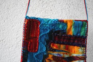 """Pochette tour de cou ou épaule, tissu imprimé style ethnique, coloré, en coton rebrodé et perlé, fait main - Collection """"Pochettes Trésors"""" - vue détail"""