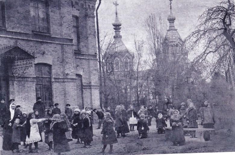 Двухклассное железнодорожное министерское училище, построенное в 1896 г. .. (современная школа №2). Рядом Церковь Вознесения Господня.