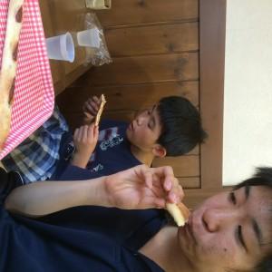 パンを食べるメンバーさん