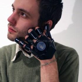 世の中に万延する携帯依存へのアンチテーゼ。進化型クラブ型携帯「グラブ・ワン(Glove One)」