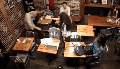 カフェで突然超能力に目覚めた少女びっくり映像 映画「CARRIE」プロモーションだった