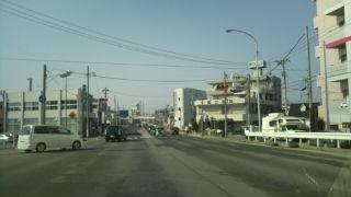 多賀城市内の国道45 号線は障害物が片付けられ走りやすくなった。道路の段差などに引 き続き注意。