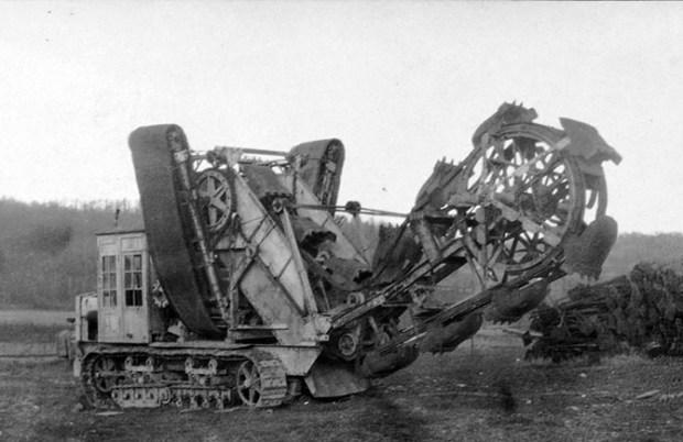 Немецкая машина для рытья окопов, 8 января 1918 года. Тысячи километров окопов были вырыты вручную, и лишь небольшая часть при помощи техники.