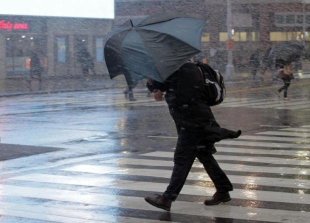Везет этому чуваку, у него хотя бы зонт. А я был в легкой куртейке...