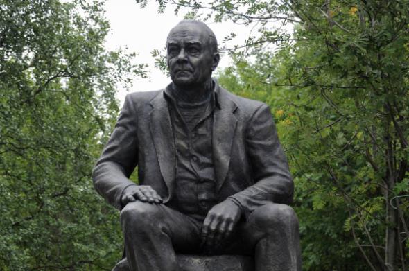 Памятник писателю Валентину Пикулю, установленный в день его 85-летия, работы скульптора Александра Арсентьева в Мурманске