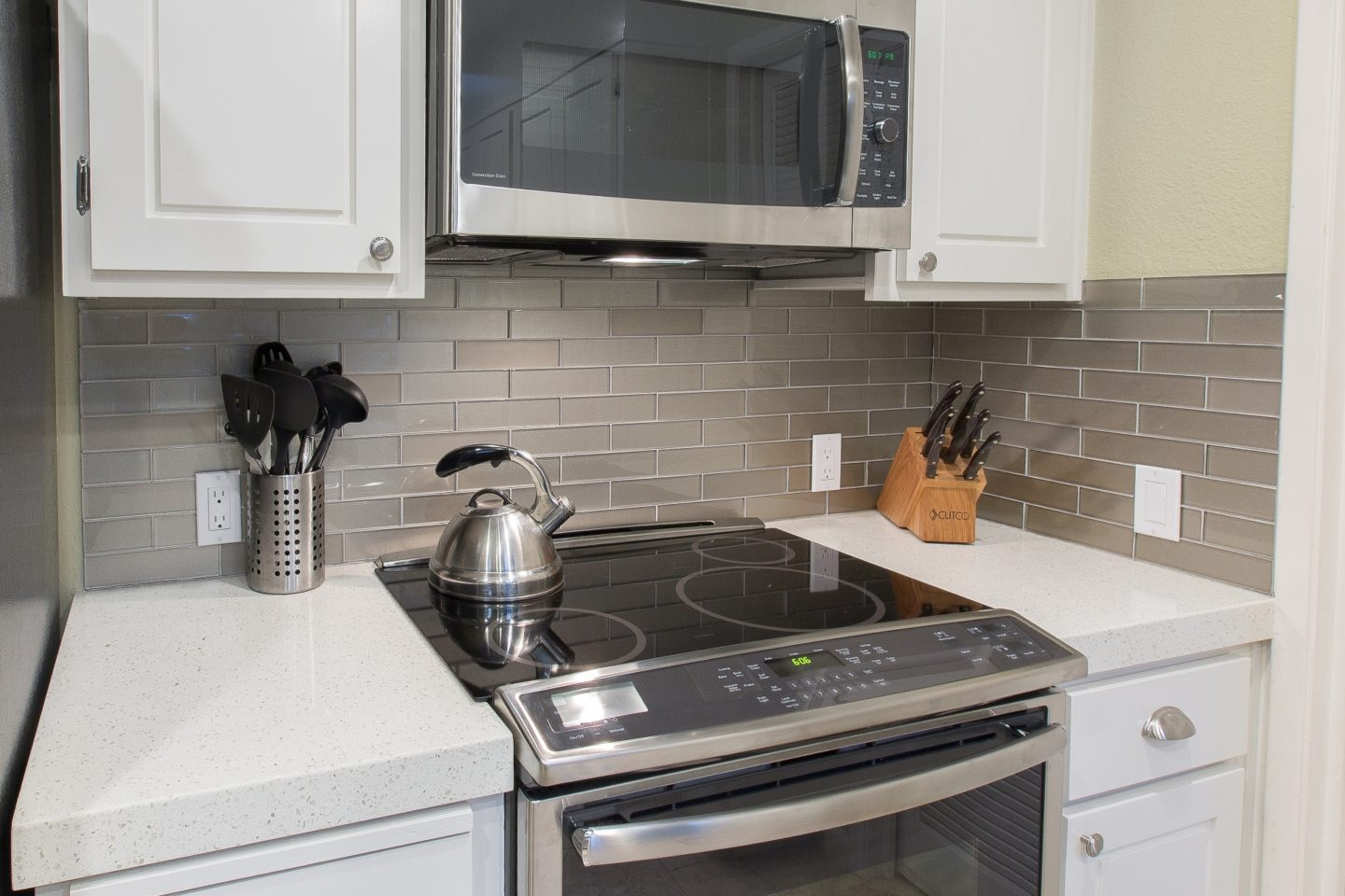 ... Backsplash Makes A Bold, Modern Statement Against The White Quartz  Tops. Notice The 80%/20% Combination Of High Gloss And Matte Finish In The  Same Color ...
