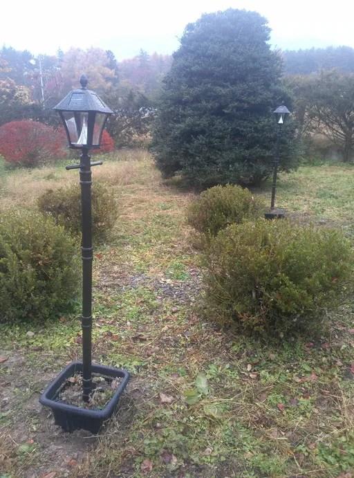 ソーラーガーデンライトを庭に設置しました。2本。