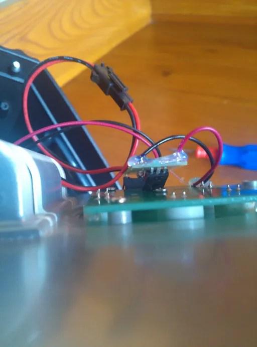 ソーラーガーデンライトを分解。仕様されているチップ。