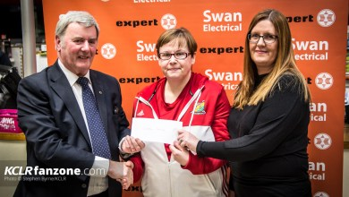 Sean Swan presents the cheque to Carlow Camogie. Brendan Hennessy and Kate Nolan. Carlow Camogie Launch. Pic: Stephen Byrne/KCLR