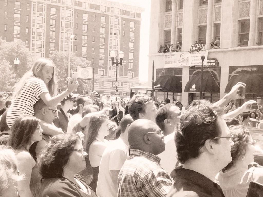 muhammad-ali-funeral-louisville-crowds